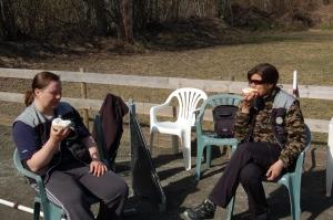 Skolebrød i sola er grei pausemat! Tina og Kari koser seg!